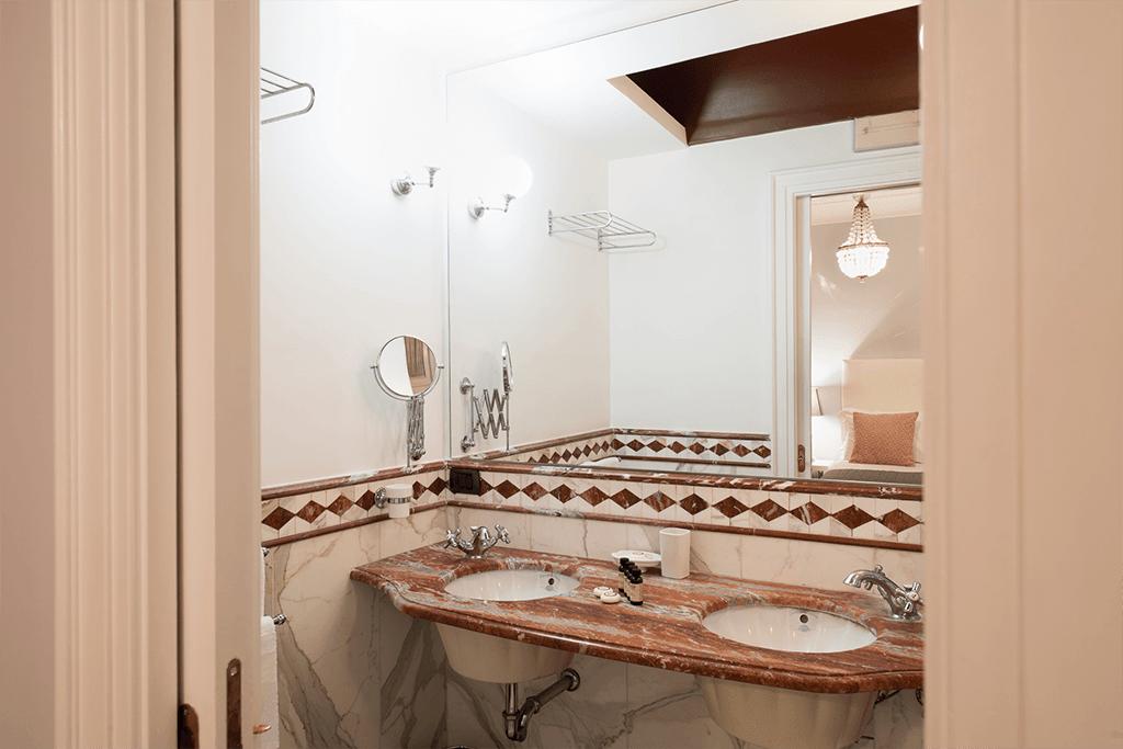 santa chiara hotel grand suite letto matrimoniale stanza Napoli centro Piazza Plebiscito bagno